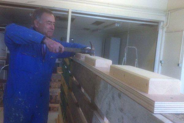 Jean-Claude Escriva, à l'action dans son entreprise de construction d'abris en palettes en bois.