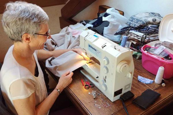 A Morteau une trentaine de couturières s'activent pour confectionner 450 blouses pour le personnel soignant