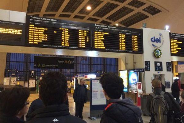 En gare de Limoges ce matin, des passagers en attente de leur train