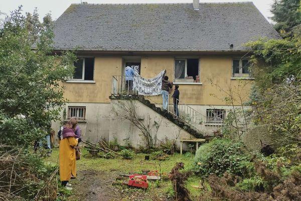 Cette maison d'Hérouville-Saint-Clair est squattée depuis le jeudi 1er octobre par une quinzaine de migrants sur initiative de l'assemblée générale contre toutes les expulsions.
