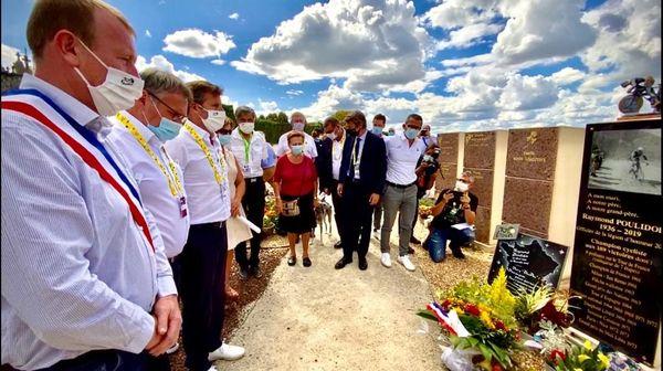 Recueillement sur la tombe de Raymond Poulidor à Saint-Léonard-de-Noblas, juste avant le passage des coureurs, le 10 septembre 2020.