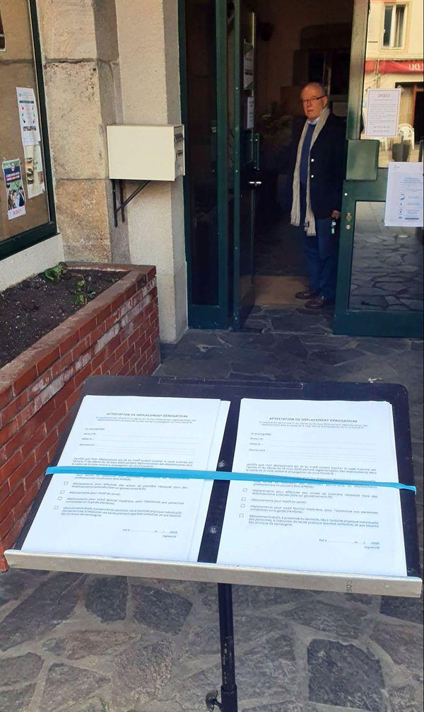 Devant l'hôtel de ville fermé au public, la mairie propose une pile de formulaires pour ceux qui n'ont pas d'imprimante