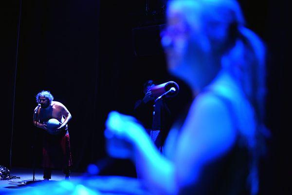 """La nouveau spectacle de la Bulle Bleue, """"l'amour des commencements"""", axé sur le son et les sens, a été associé à un repas dans le noir."""