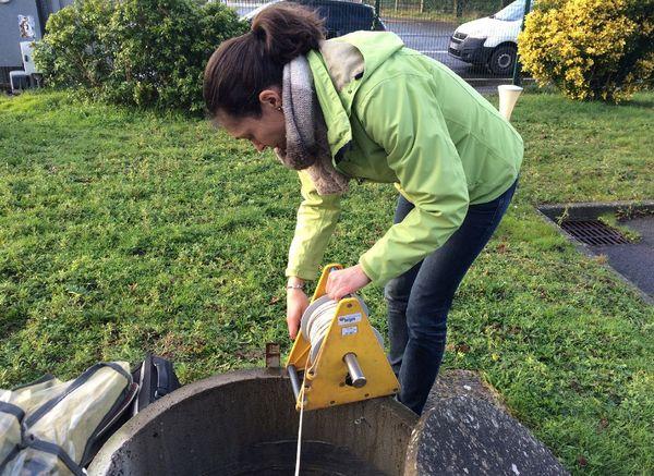 Flora Lucassou du BRGM relève le niveau d'eau d'un forage à Saint-Jacques de la Lande (35)