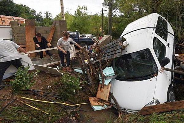 Lodève (Hérault) - 24 heures après le déluge, le temps est au nettoyage - 13 septembre 2015.