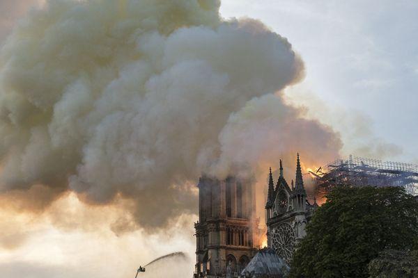 De nombreuses personnalités du Puy-de-Dôme et de Haute-Loire ont réagi sur les réseaux sociaux face à l'incendie de Notre-Dame-de-Paris.