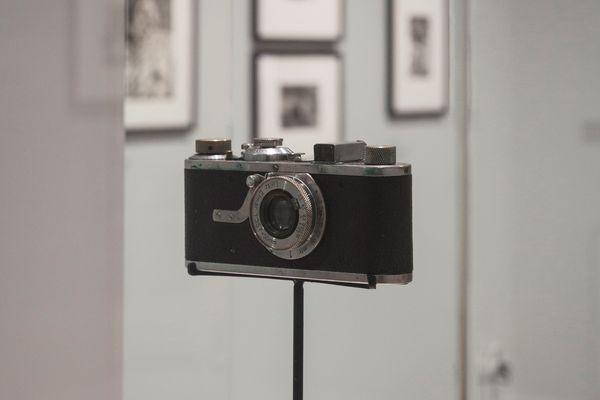 Son premier Leica acheté en 1931. Vue de l'exposition Henri Cartier-Bresson – Revoir Paris (15 juin – 31 octobre 2021) au musée Carnavalet – Histoire de Paris