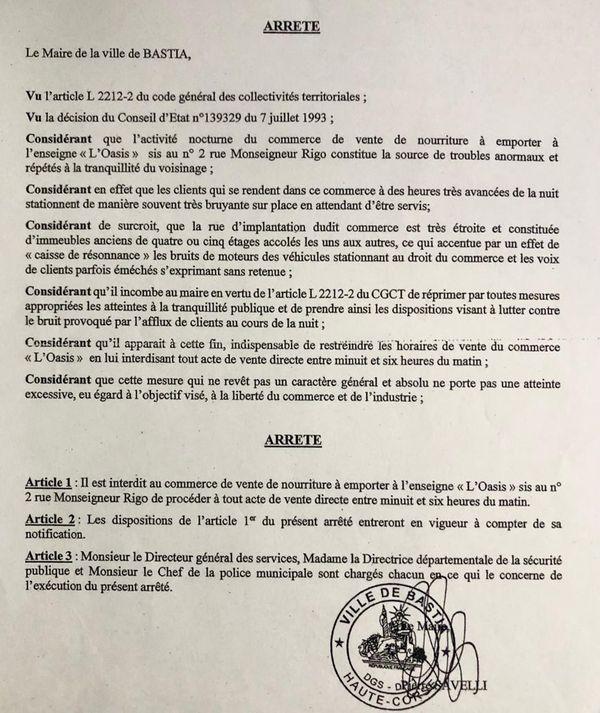 L'arrêté municipal qui interdit au commerce la vente de nourriture à emporter entre minuit et six heures du matin.