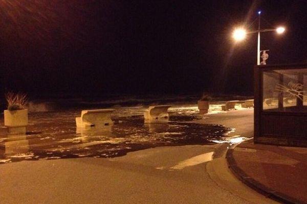 Sur la digue de Dunkerque dans la nuit de jeudi à vendredi. Quelques débordements...