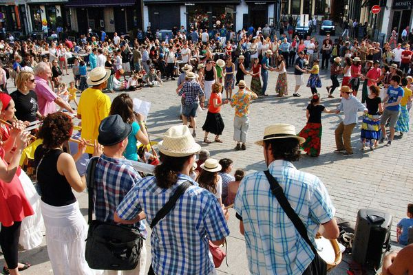Photo d'archive de la fête de la musique sur les marches de la Treille à Lille, en 2014. Les rassemblements spontanés de ce type ne seront pas autorisés pour l'édition 2020, à cause de l'épidémie de Covid-19.