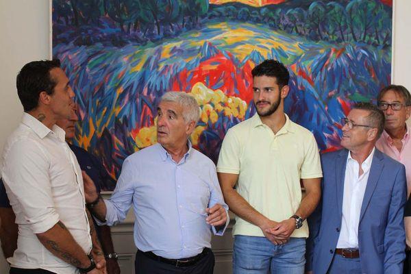 Andy Groenweghe, 35 ans (à gauche) et Dylan Contreras, 18 ans, (au centre polo jaune) ont reçu la médaille de la ville de Tarbes par le maire Gérard Trémège.