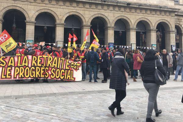 Grève des cheminots : pas de trêve en perspective dans le Rhône. Ils étaient déjà quelques dizaines ce lundi 23 décembre devant l'hôtel de ville de Lyon (Rhône).