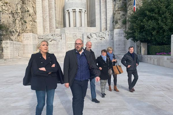 Marine Le Pen avec Philippe Vardon devant le monument aux morts de Rauba-Capeù le vendredi 21 février