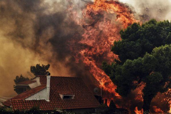 Une maison en flamme, près d'Athènes, le 23 juillet 2018.