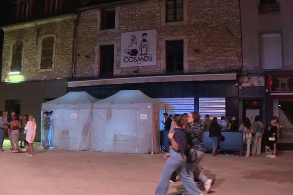 A l'intérieur de ces tentes, la possibilité de se faire tester et d'obtenir un pass sanitaire pour rentrer en discothèque