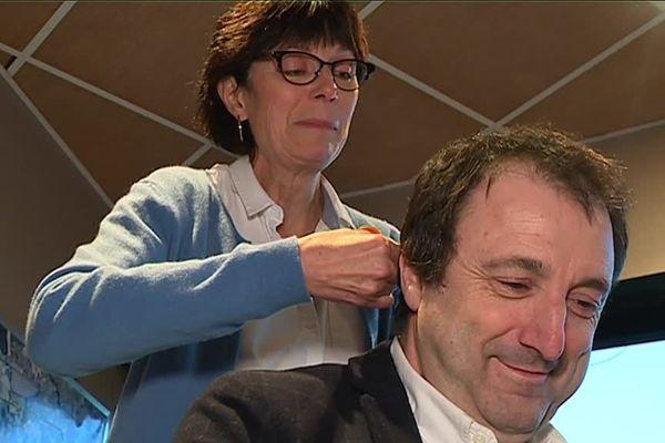Les élus se sont fait couper une mèche de cheveux pour analyser les perturbateurs endocriniens retrouvés.