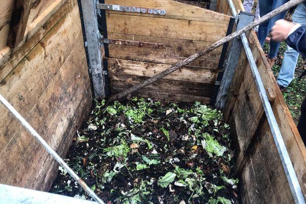 Un des bacs à compost du collège où les biodéchets se transforment en engrais vert
