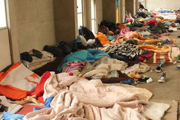 Une soixantaine de migrants ont installé leur couchage dans l'église Sainte Marie-Madeleine Postel, à Cherbourg-en-Cotentin (Manche), mercredi 16 mars 2016.