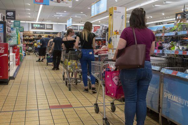 Ces dernières semaines, sur les réseaux sociaux notamment, de nombreux témoignages de personnes seules avec leurs enfants, disant être rejetées à l'entrée des magasins ou cibles de propos déplacés.
