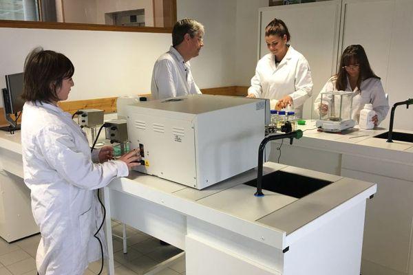 Trois des jeunes étudiantes du BTS biotechnologies en alternance de Saint-Malo, avec un de leur enseignant issu du monde professionnel
