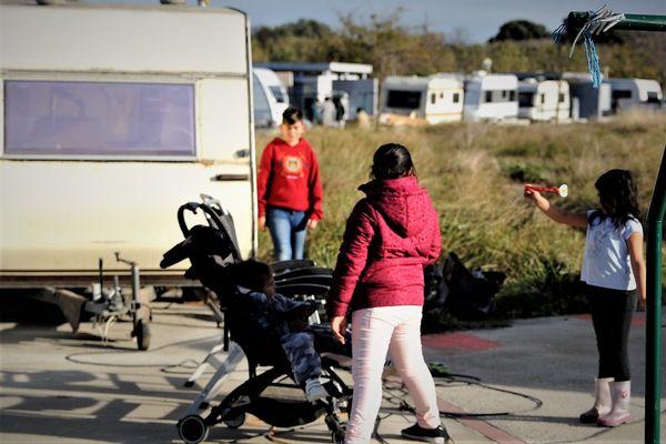 Trente caravanes avec plus de vingt familles se sont installées dans l'aire d'accueil désaffectée de Cabestany 66.