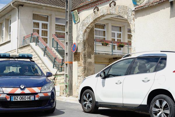 La gendarmerie verrouille le secteur quelques heures après l'accident à Avenay-Val-d'Or (Marne).