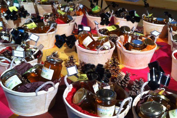 Les 33 lots de pots de miel, tous fabriqués par les abeilles de la ville de Dijon, mis aux enchères
