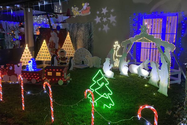 Dès le 1er décembre, ils ont illuminé tout leur quartier avec leurs décorations personnalisées. Ils aiment Noël et avaient hâte cette année de décorer leur maison