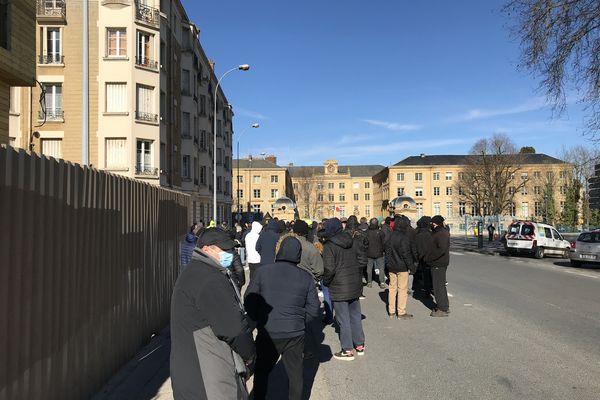 Une centaine de Gilets Jaunes se sont retrouvés devant la préfecture des Ardennes samedi 13 février à Charleville-Mézières.
