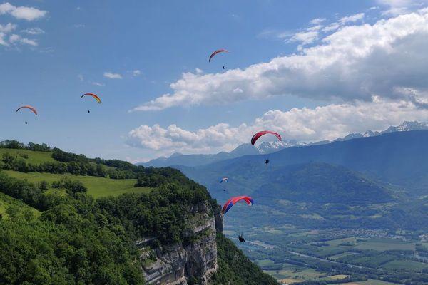 Des parapentistes au-dessus de la vallée du Grésivaudan. Photo d'illustration.