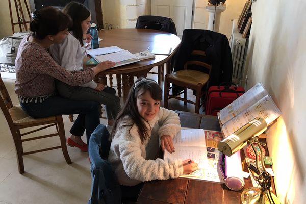 Dans la famille Nouger, Céleste suit un enseignement à la maison avec sa mère depuis la rentrée 2020. Sa soeur aînée, Angèle, reste scolarisée mais cette semaine, avec le confinement, ses cours se font à distance.