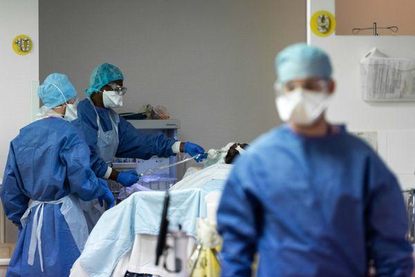 Les soins intensifs à l'hôpital Sainte-Marie, à Paris, le 17 octobre.