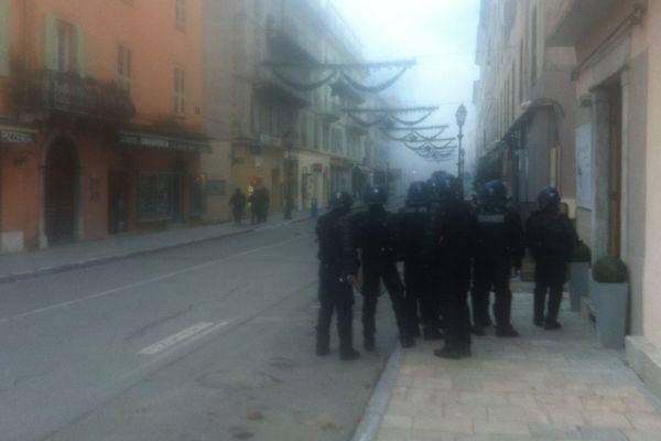 03/12/14 - Les gardes mobiles progressent dans l'artère principale de Corte (Haute-Corse) pour chasser les manifestants