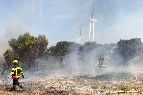 Encore de nombreuses fumées dans la garrigue autour des éoliennes de La Palme.