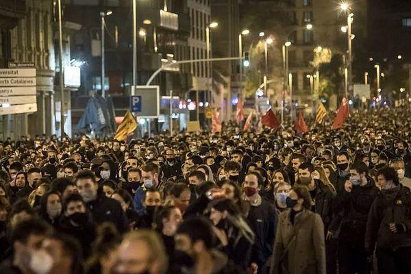 Après la tombée de la nuit, des milliers de manifestants se sont rassemblés pour demander la libération du rappeur incarcéré