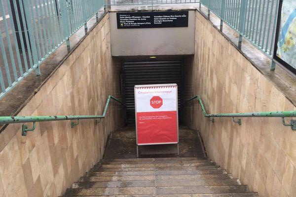 A la station Champ-de-Mars, impossible d'accéder au RER C, fermé intra-muros depuis le 2 juin à 16 heures