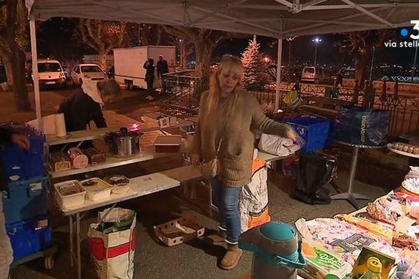Claudia distribue des denrées alimentaires mais aussi son amitié à tous ceux qui se présentent lors des maraudes de la Croix-Rouge.