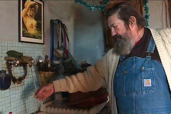 Jean-Paul Racodon, chez lui dans sa maison de Saint-Andéol-de-Vals
