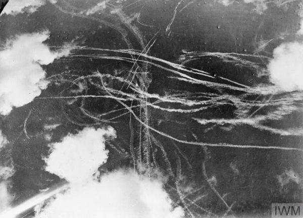 Les traînées formées dans le ciel anglais par les chasseurs britanniques et allemands le 18 septembre 1940.