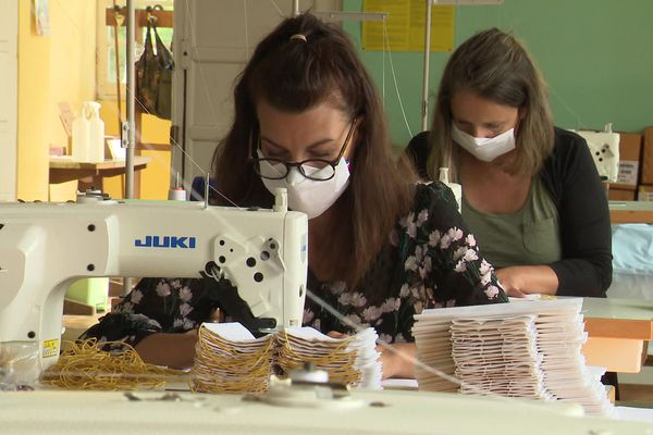 Dans ce petit atelier situé près de Saintes, 75.000 masques ont été produits en un mois.