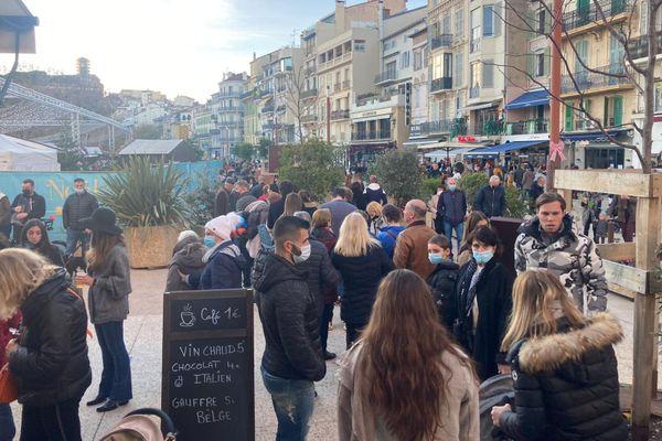 Devant l'entrée du marché de Noël à Cannes ce dimanche 13 décembre : vente de vin chaud et nourriture