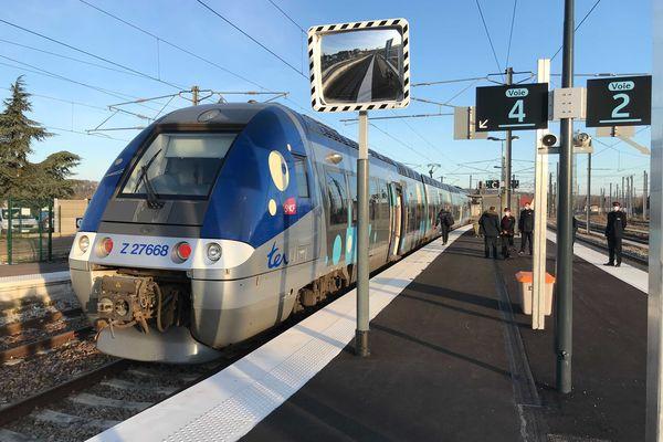 Le premier train à circuler sur la ligne ferroviaire Serqueux - Gisors.