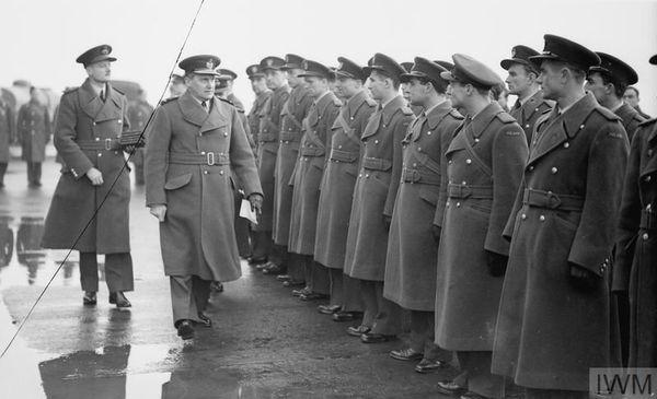L'Air Marshall Sholto Douglas, chef du Fighter Command de la Royal Air Force, passant en revue les pilotes du 303 Squadron, à Northolt, le 15 décembre 1940.
