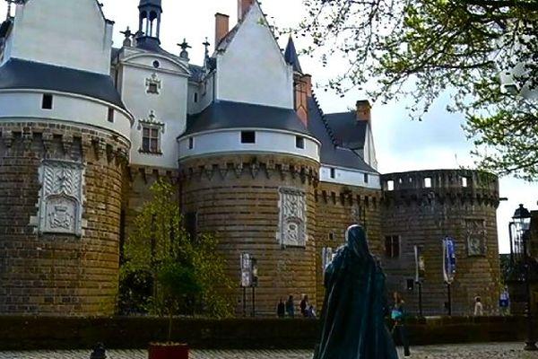 Une boiteuse vous accueille dans son château