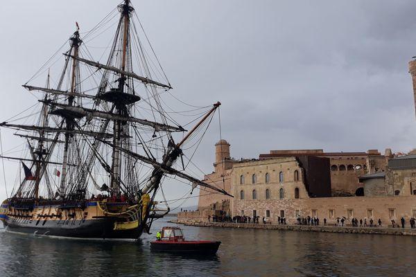 L'Hermione devant le fort Saint-Jean à Marseille.