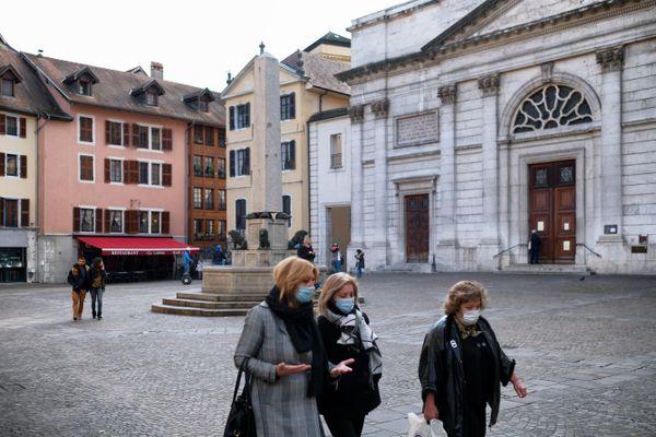 Des personnes masquées à Annecy, le 14 octobre 2020.