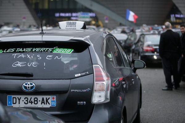 Des taxis, porte Maillot, à Paris, le 26 janvier 2016.