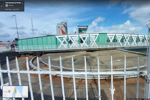 Le pont du Pertuis était un pont tournant, une rotation circulaire ouvrant la voie aux bateaux, ou aux voitures.
