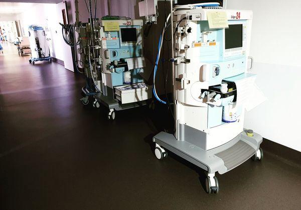 Illustration / Des respirateurs dans les couloirs d'un hôpital