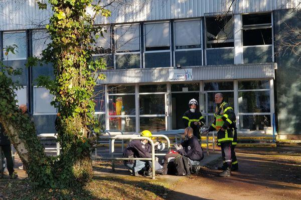 Le premier étage du bâtiment a été ravagé par les flammes.